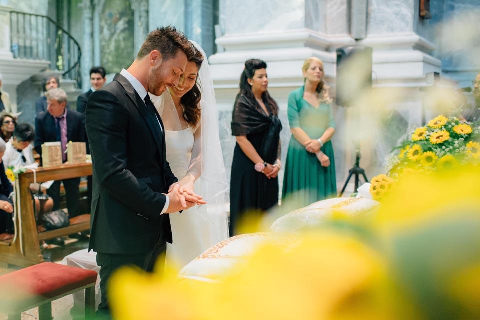 Irene e Paolo sposi-Wedding reportage-Renato Zanette Fotografo Matrimonio Treviso Veneto-Duomo Ceneda Vittorio Veneto-Mano nella mano