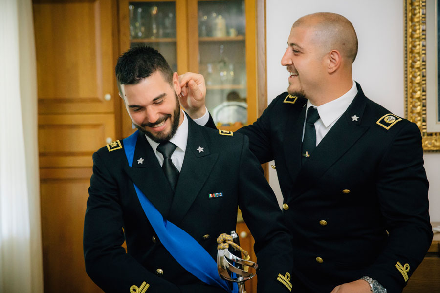 Elena e Matteo sposi-Wedding reportage-Renato Zanette Fotografo Matrimonio Treviso Veneto-Falzè di Piave-Sposo e Compare Alpino