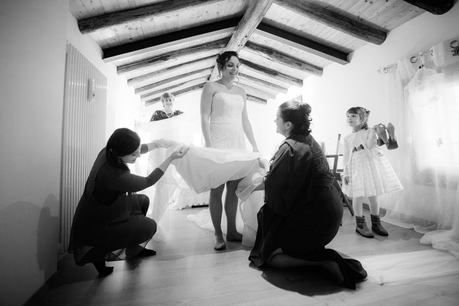Silvia e Massimo sposi-Wedding reportage-Renato Zanette Fotografo Matrimonio Treviso-Revine Lago-Tarzo-le comari all'opera
